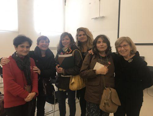 Da sinistra: Maria Cristina Marchesini di Libera; Alba Piolanti di UDI; Valeria Betti e Barbara Fornasari di Rose Rosse; Mauria Bergonzini di ANPI; Patricia Tough di Donne in Nero