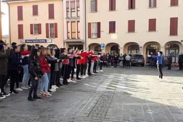 Flashmob-con-le-classi-terze-della-scuola-media-per-il-25-novembre-2019